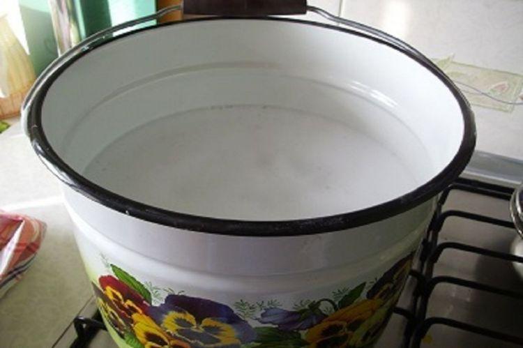 Подогрев воды в ведре для полива