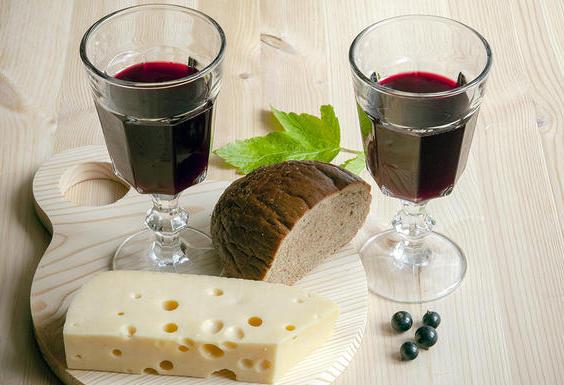 Вино из черной смородины с сыром