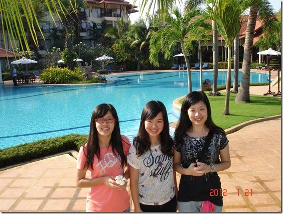 grand-soluxe-angkor-palace-pool_thumb.jpg