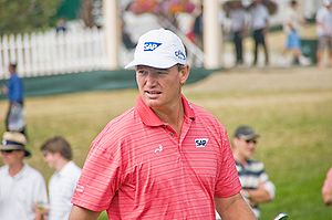 English: Golfer Ernie Els walks up the fairway...