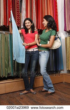 Stock Fotograf  zwei mdchen shoppen fr stoff 02007ai23969  Suche Stock Fotografie Poster
