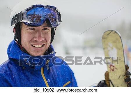 高加索人. 人. 穿. 滑雪. 齒輪. 在. 雪 種類最齊全的圖像   bld110502   Fotosearch