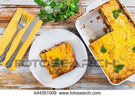 Gedeelte. van. heerlijk. moussaka. op. schaaltje. en. in. gratin. schaaltje Stock Foto | k44351009 | Fotosearch