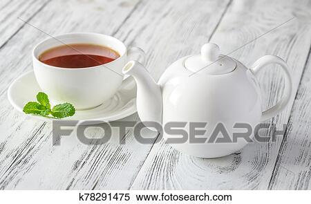 Becher, hintergrund., mit, schwarzer tee, weiß Stock Foto | k19092368 | Fotosearch