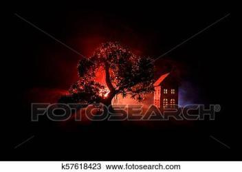 Viejo casa con un fantasma en el bosque por la noche o abandonado obsesionado horror casa en fog viejo místico edificio en árbol muerto forest árboles por la noche con moon surreal