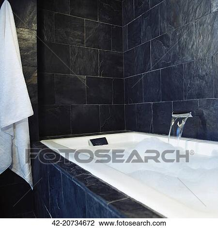 Stock Foto  schiefer gekachelt badezimmer mit badewanne 4220734672  Suche Stockfotografie