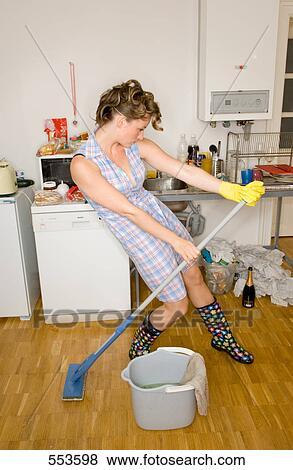 Bilder  housewive in putzen ausrstung tanzen in
