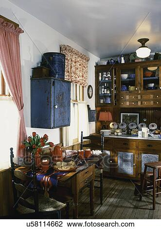 antique kitchen table vintage 影像 吃區域 在 廚房 由于 古董 餐具室 碗櫃 木制 cabinetry 錫 器皿 刺穿 面板 收藏品 熱的可可粉 以及 甜面包 上 桌子 繪 藍色