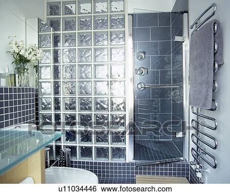pleinement carrele gris salle bains a brique verre douche ecran banque de photographies