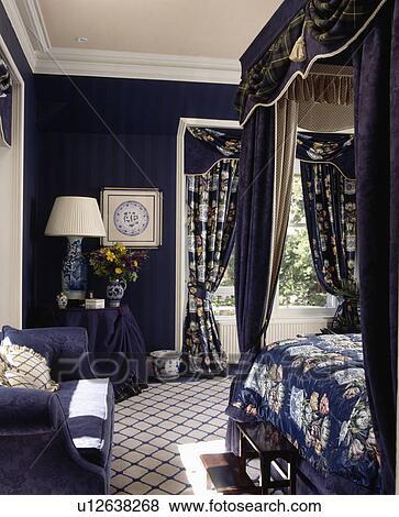 Beelden  Bluewhite gecontroleerde tapijt in donker