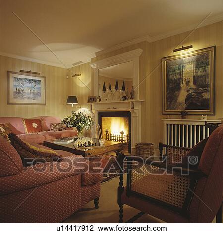 Stock Foto  traditionelle stadt wohnzimmer mit rot sofas und gelb gestreifte tapete