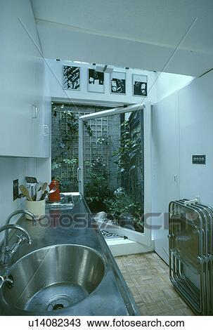 kitchen draining board island amazon 影像 不鏽鋼 圓 洗滌槽 以及 排水 板 在 狹窄 白色 廚房 由于 院子門 到 庭院