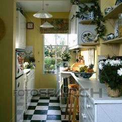 Kitchen Vinyl Mandolin Slicer 图片 黑白 乙烯基 地板瓷砖 在中 黄色 单层甲板大帆船 厨房 带 Stencilling 在上面 门口