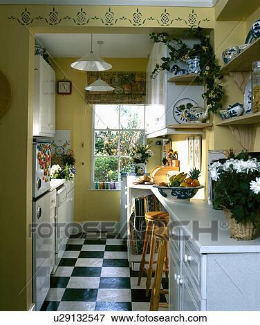 kitchen vinyl flooring ikea dinette sets 图片 黑白 乙烯基 地板瓷砖 在中 黄色 单层甲板大帆船 厨房 带 stencilling 在上面 门口