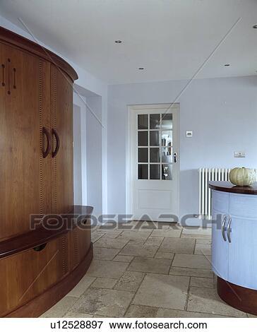 white kitchen floor glass round table 图片 travertine 地板瓷砖 在中 现代 白色 厨房 带 大 适合 hand built 碗柜