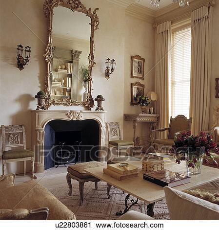 miroir au dessus cheminee dans traditionnel salle de sejour banque d image
