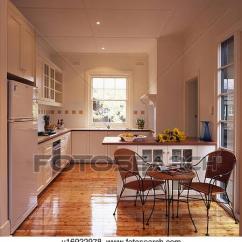 Wood Kitchen Chairs Cabinets Santa Ana Ca 照片 椅子 以及 小 桌子 在 現代 白色 廚房 由于 木制的地板
