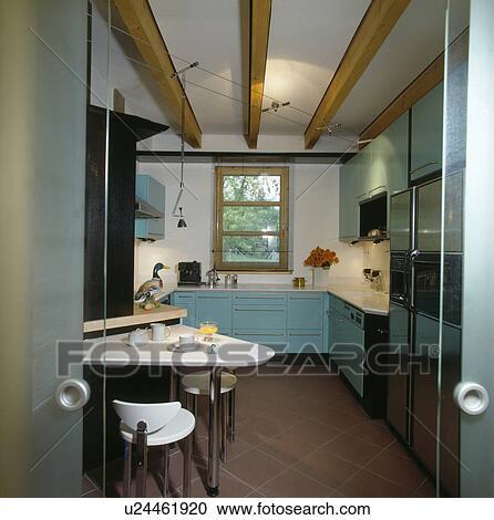blue kitchen chairs curtains for windows 免版税 rf 类图片 白色 三角形 melamine 桌子 同时 匹配 椅子 在中 现代 苍白的蓝色 厨房 带 terracotta 地板瓷砖