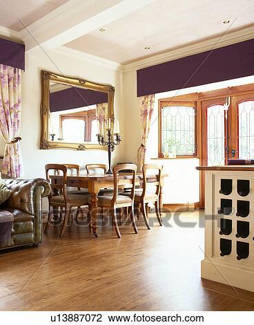 kitchen vinyl mosaic tiles 图吧 乙烯基 wood effect 地板 在中 厨房 餐厅 带 大 镜子 在 在上 墙壁 在上面 木制的桌子 同时 维多利亚时代的人 椅子