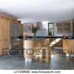 Slate Floor Kitchen Copper Faucets 照片 板岩 地板 以及 島 單位 在 現代 廚房 由于 適合 木頭