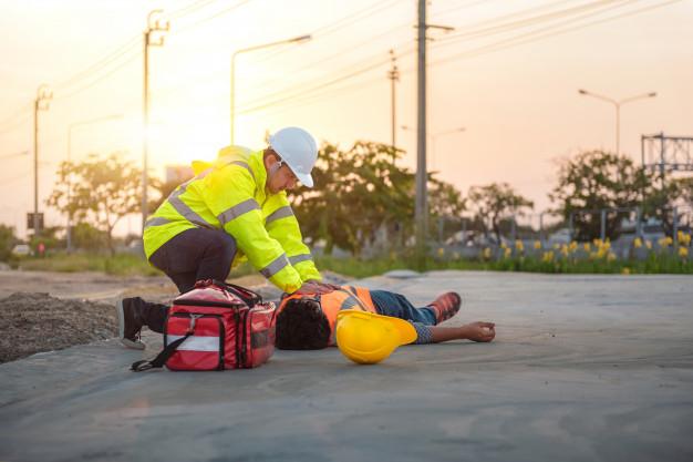 accident-du-travail-travailleurs-construction-formation-base-secourisme-rcr-exterieur_41097-19
