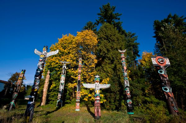 Guide Experiencing Totem Poles Stanley Park