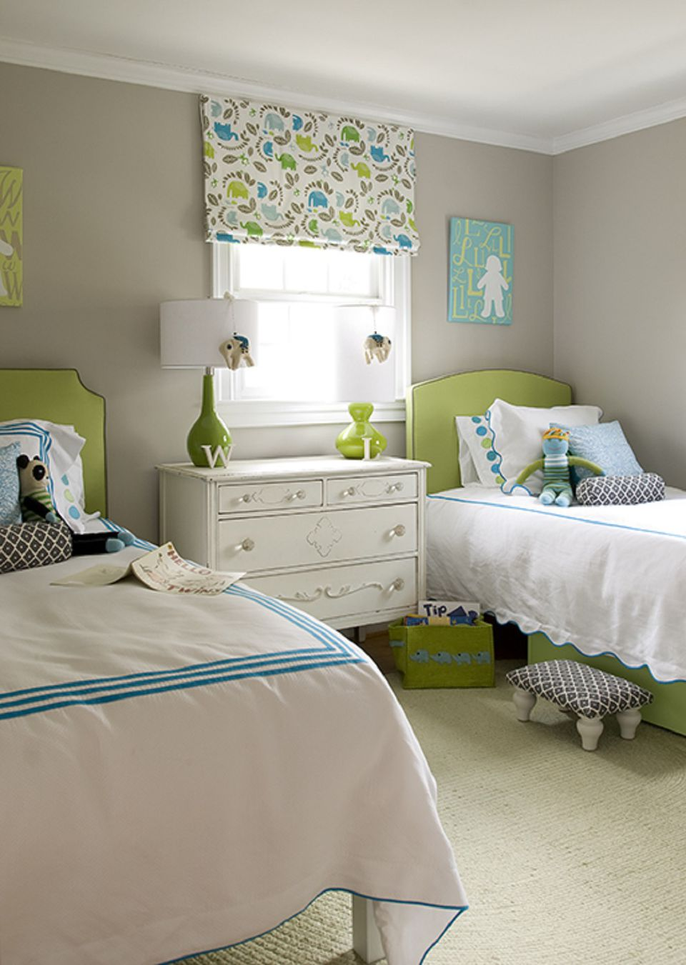 You might be left wondering where to put all of your belongings or how to make the space livable. Ideas for Decorating a Little Girl's Bedroom