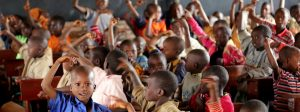 escola crianças com mãos no ar