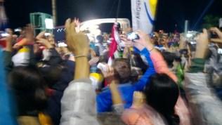 JMJ. Pode não parecer, mas aquele vulto branco com uma luz na frente é o Papa Francisco. Foi o melhor que consegui