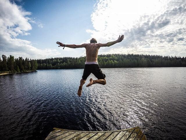 湖に飛び込む男性