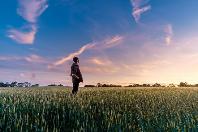草原に立つ男性