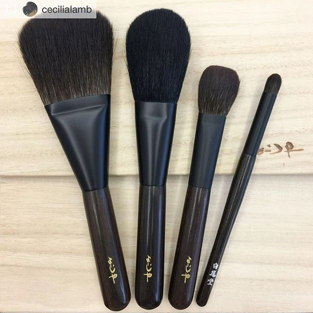 Repost from @cecilialamb @TopRankRepost #TopRankRepost Inspired by @myramking I've become obsessed with pencil brushes. The kokutan Hakuhodo on the rightmost is a new addition 🖤 #hakuhodo #hakuhodobrushes #白鳳堂 #kokutan #ebony #fude #kumano #handmade #madeinjapan #japaneseart #japan #kyoto #京都 @fudejapan