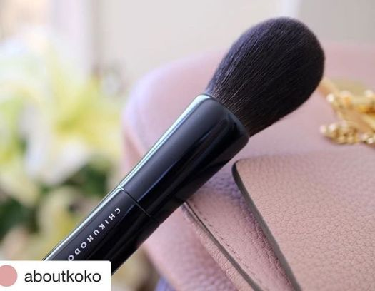 Repost @aboutkoko (@get_repost)・・・chikuhodo Z-1⠀⠀⠀⠀⠀⠀one of my all time favorite finishing brushes, worth the splurge️⠀⠀⠀⠀⠀⠀제일 좋아하는 피니슁 브러쉬 예전엔 브러쉬에 돈 쓰는게 아깝다는 생각이 들었지만.. 한번 좋은 브러쉬를 써보니, 헤어나올 수가 없다 ⠀ ⠀⠀⠀⠀⠀お気に入りのブラシ🖌買ってよかった️..#makeup #beauty #japanese #chikuhodo #favorite #brush #fude #kumanofude #goodvibes #chloe #브러쉬 #코덕 #덕후 #일상 #치쿠호도 #메이크업 #뷰티 #데일리 #코덕스타그램 #일본 #お気に入り #熊野筆 #大好き #いいね #おすすめ #メイク #コスメ #ブラシ #筆 #化粧