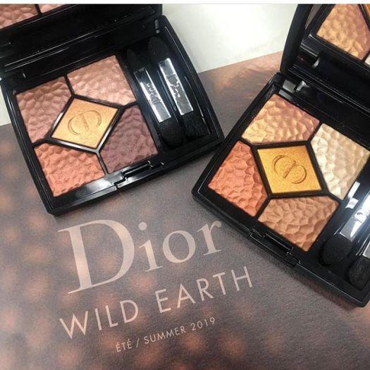 #Dior May 3Eyeshadow 9240 yen Nude powder 6960yen#ディオール の #夏新色 ❶🥺5/3に発売される、ディオールの夏コレクションをスクープ!テーマは「WILD EARTH」。砂漠に揺れる陽炎、真夏の太陽に照らされて輝く砂丘。そんなパワフルで官能的なアースカラーを表現したのだそう。濃密な発色、力強いツヤ、センシュアルで強い女性像は、暑い夏を乗り越えるのに、私たちにパワーをくれそう。️サンク クルール〈ワイルドアース〉 限定2色 各¥7700アフリカから南米へ旅するイメージ、灼熱の眼差しを叶えるアイパレット。ブロンズシェードが砂や土と交わった、絶妙なカラーです。右が696のシエナ。ブラウン、キャメルなど、ワイルドな山猫をイメージ。左が786のテラ。ほんのりピンクみを帯びたゴールドなど、セクシーで都会的なイメージ。️ディオ―ルショウ イン&アウト ライナ― 限定2色 各¥39001本で2色楽しめるダブルエンドのアイライナー。片方を上まぶたのキワに入れて、もう片方をインラインに、など、1本で様々なルックを表現できる、メイクが楽しくなるアイライナー。印象的で深みのある目もとが完成します!️ディオールスキン ミネラル ヌード グロウ パウダー〈ワイルドアース〉 限定2色 各¥5800見ているだけで、その美しいパレットに心を奪われます!夏の光にぴったりな、ミネラル パウダーをたっぷり配合したパウダーは、ひとはけ纏うだけで夏気分になること、間違いなし。️フラッシュ ルミナイザー 限定2色 各¥4800ハイライトカラーにも、夏らしい限定色が。ゴールドとブロンズの2色で、ノーズラインに入れたり、頬骨に入れたり、アイシャドウのベースにしたりするのもオススメ。さらに鎖骨に入れるという裏ワザも試してみて!️ディオール ヴェルニ 限定4色 各¥3000️ディオール ヴェルニ サン グロウ 限定1色¥3000ネイルもワイルドなからバリエーション。注目は右下の、サン グロウ。ゴールドパールのきらめく、トップコートとして使える一品。もちろん単色で使っても、さりげないきらめきが美しいんです!さてさて……リップ編は次の投稿にて!!!(ウェブサイト担当M)#サンククルール #ワイルドアース #限定色 #ディオ―ルショウ #イン&アウトライナ― #ディオールアディクト #ディオールアディクトリップティント #リップティント #ディオールアディクトラッカースティック #ディオールアディクトラッカープランプ #プランプリップ #ディオールスキン #ミネラルヌードグロウパウダー #フラッシュルミナイザー #ディオールヴェルニ #ディオールヴェルニサングロウ #dior #diorbeautylovers #voce #vocemagazine #ヴォーチェ #新作コスメ #デパコス #コスメマニア #コスメ好きさんと繋がりたい