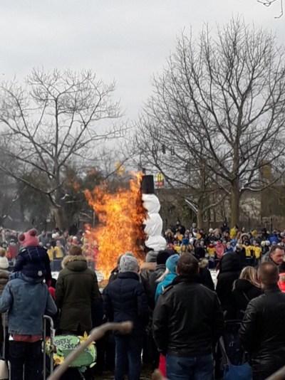 Symbolisch für den Winter wird der Schneemann verbrannt