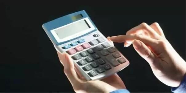 電卓で計算している