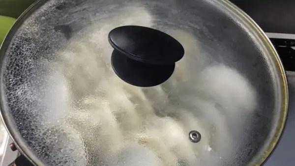 餃子を焼く