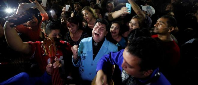 Fans de Juan Gabriel a las puertas de su casa tras conocerse su muerte.