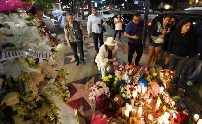 Homenaje improvisado en la estrella de la fama de Juan Gabriel en Los Ángeles.