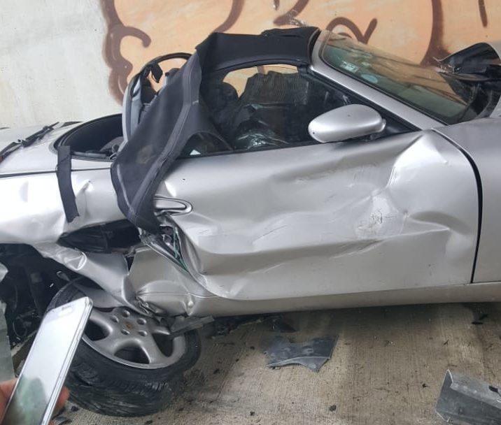 Muere joven abogado al chocar su Porsche en Autovía del Este