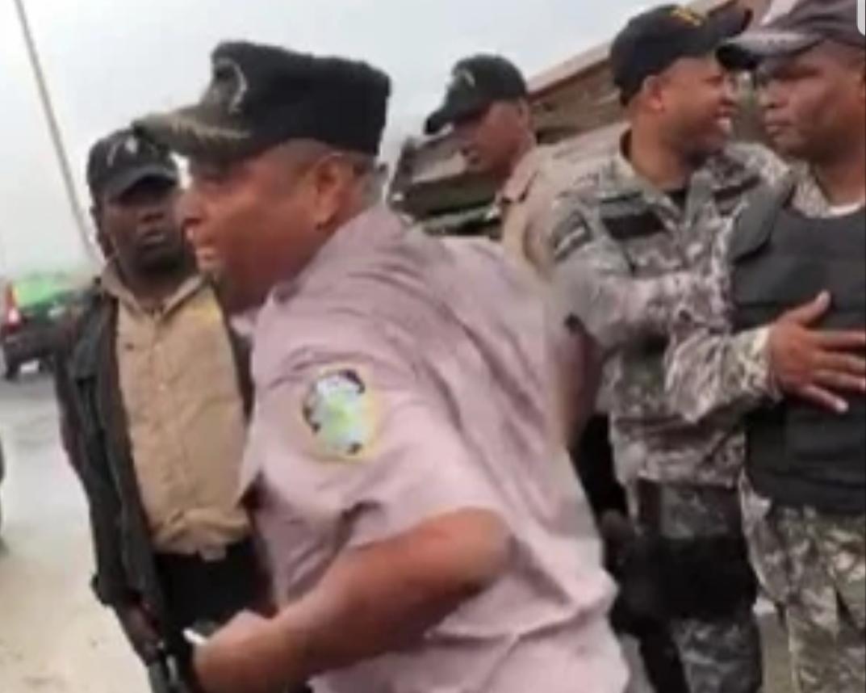 Policía suspende oficial por darle trompada a ciudadano en Los Frailes