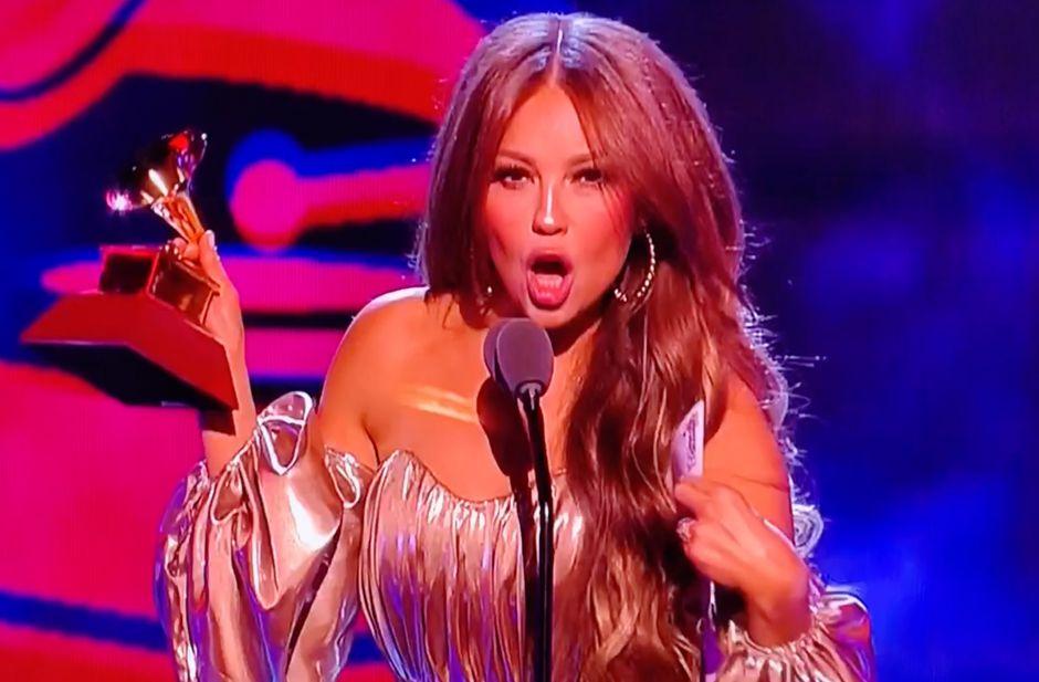 VIDEO: Abucheos en los Latin Grammy tras anuncio de Thalía de premio a Luis Miguel