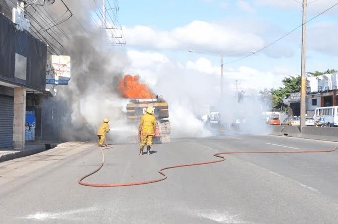 Retroexcavadora quemada, un herido y varios detenidos es el resultado de desalojo