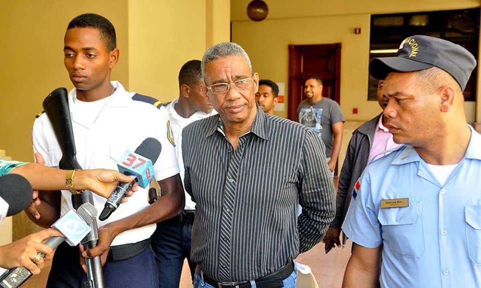Ponen en libertad exfuncionario acusado de violar a sus tres hijas
