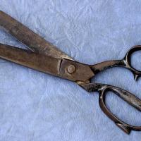 Un hombre le cortó el bimbolo al amante de su esposa y huyó con el