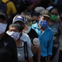 Miles de salvadoreños salen a la calle en plena cuarentena por bono estatal