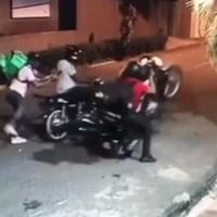VIDEO: Delivery se lanza de motocicleta para evitar que lo maten en medio de asalto