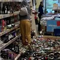 VIDEO: Mujer rompe cientos de botellas de bebidas alcohólicas en supermercado