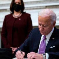 """Biden elimina el """"botón rojo"""" de Trump para recibir coca colas"""