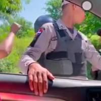 VIDEO: La discusión entre Altagracia Salazar y agentes de la Policía en la calle